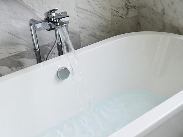 Halbvolle Badewanne mit Wasser